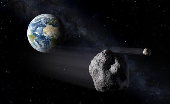 Künstlerische Darstellung eines Asteroiden, der an der Erde vorbeifliegt.