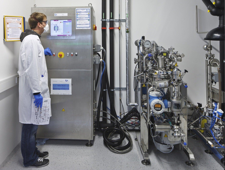 Produktion von Hochleistungszellen in einer Pilotanlage des Zentrums für Sonnenenergie- und Wasserstoff-Forschung Baden-Württemberg in Ulm.