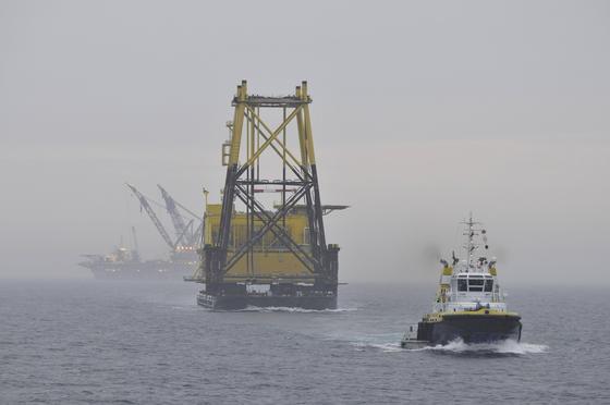 Der Netzbetreiber Tennet hat schon zahlreiche Plattformen in der Nordsee installiert, über die Windparks ans Stromnetz an Land angebunden werden. Doch weil der Ausbau der Offshore-Windparks lahmt, befürchtet Tennet Milliardenverluste.