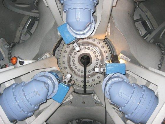 Vom Sensor überwacht: Windkraftanlagen sind mit vielen Sensoren ausgerüstet, zum Beispiel im Bereich der Rotorblattverstellung. Den Maschinenherstellern und Betreibern können die Sensordaten wichtige Informationen liefern.