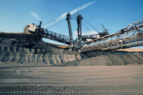 Trotz Energiewende eine größere Akzeptanz für die Braunkohle forderte NRW-Wirtschaftsminister Duin auf dem Braunkohlentag in Köln. Im Bild der Tagebau Garzweiler in Nordrhein-Westfalen, wo die größten Bagger der Welt Braunkohle für die Verstromung abbauen.