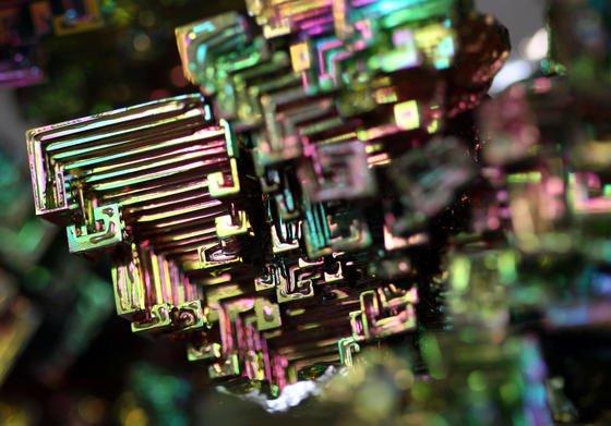 Wismut-Kristalle reflektieren das Licht in bunten Farben. Der Frankfurter Metallhändler Tradium versucht aus Seltenen Erden ein Geschäftsmodell für private Anleger zu entwickeln. Über seine Tochter Metlock hat Tradium in einem Weltkriegsbunker ein Hochsicherheitslager für das begehrte Material eingerichtet.
