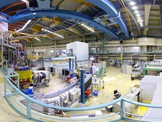 Die stärkste Neutronenquelle der Welt: Mit Strahlrohren werden die Neutronen zu den Experimentierplätzen der Wissenschaftler geleitet.