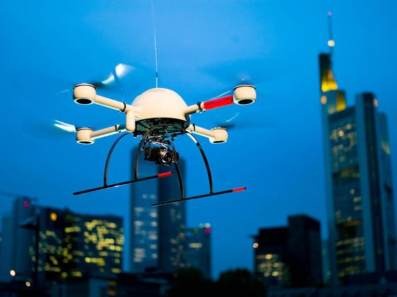 Drohnen der Siegener Firma Microdrones sollen künftig der Deutschen Bahn helfen, Sprayer zu entlarven, die nachts abgestellte Wagons beschmieren. Die Drohnen können fast lautlos in der Luft stehen und ein Gelände mit Wärmebildkameras überwachen.