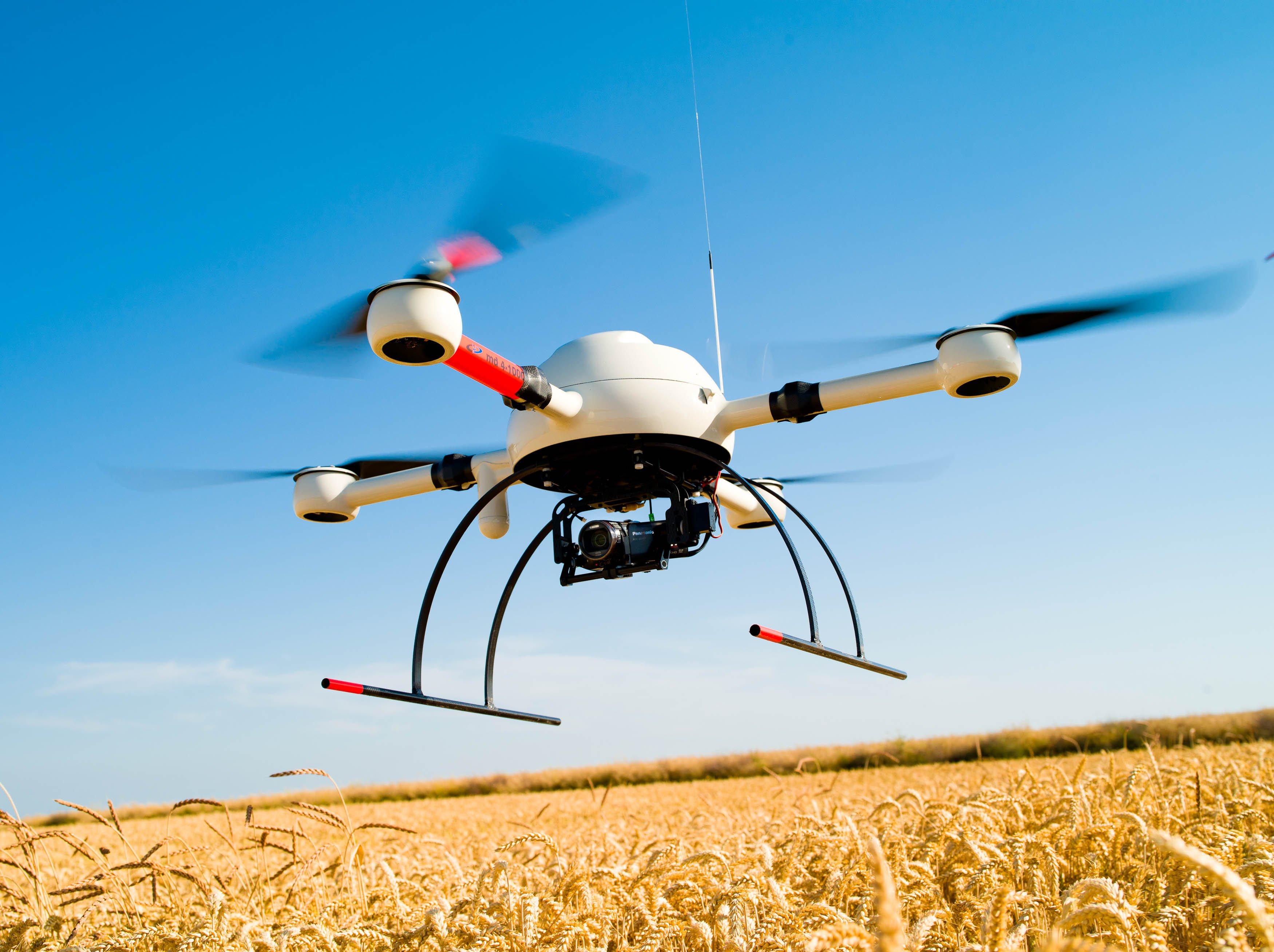 Unbemannte Fluggeräte lassen sich auch einsetzen, um Landschaften zu kartographieren, bei Katastrophen einen Überblick über das Geschehen zu bekommen oder um landwirtschaftliche Flächen zu überwachen.