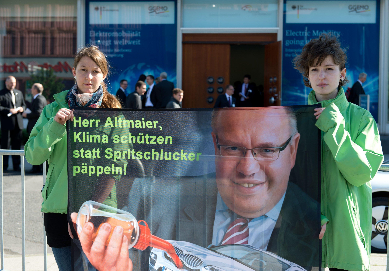 Greenpeace-Aktivisten demonstrieren vor Beginn der Internationalen Konferenz zur Elektromobilität vor dem Berliner Congress Centrum.