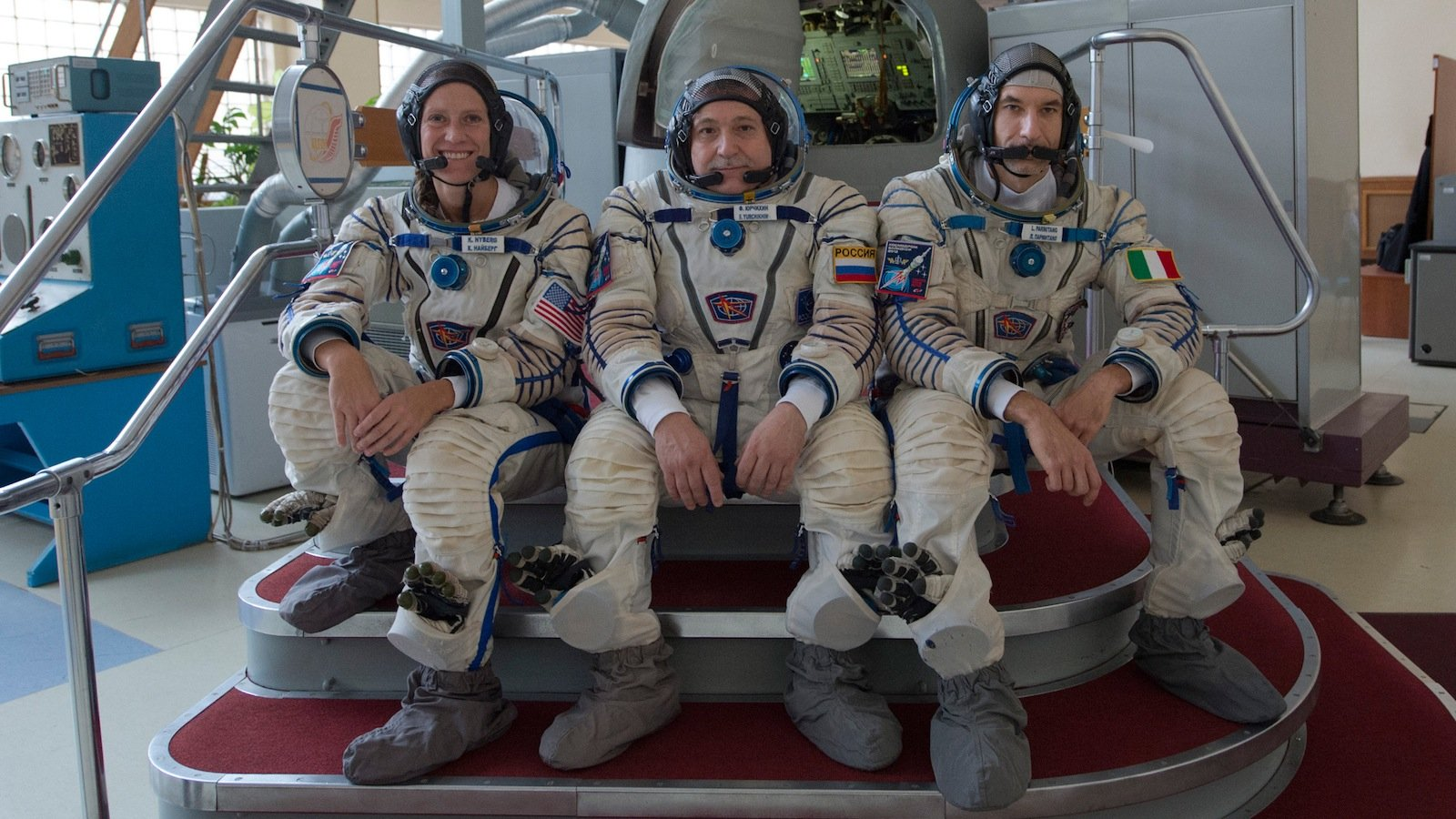 Für sechs Monate im Weltall: Der europäische Astronaut Luca Parmitano (r.) wird gemeinsam mit der amerikanischen Astronauten Karen Nyberg (l.) und dem russischen Kosmonauten Fjodor Jurtschichin auf der Internationalen Raumstation ISS leben und arbeiten.