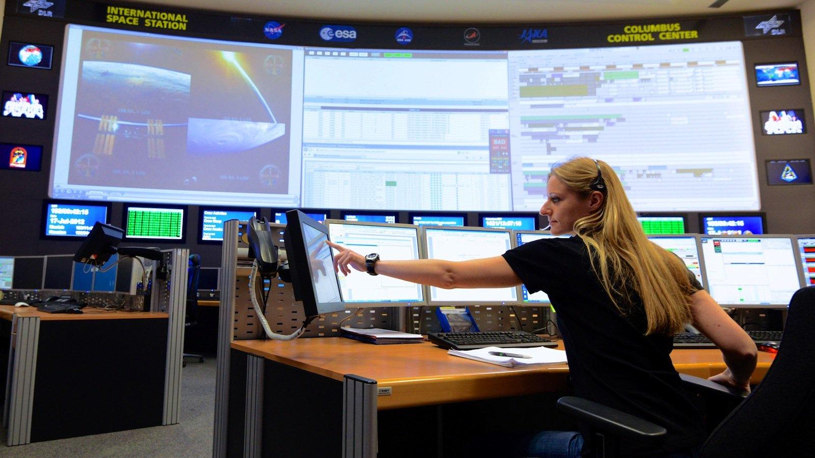 Blick in einen Kontrollraum des deutschen Raumfahrtkontrollzentrums (GSOC) in Oberpfaffenhofen bei München. Es gehört zum DLR Raumflugbetrieb und Astronautentraining, der zentralen Einrichtung für die Durchführung von Raumflugmissionen in Deutschland.