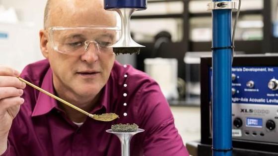 Einen Zement, der als Halbleiter in der Produktion elektronischer Bauteile eingesetzt werden kann, hat der US-Forscher Chris Benmore vom Argonne National Laboratory entwickelt.