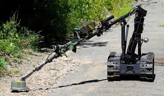 Das Rüstungsunternehmen Talon hat einen Roboter entwickelt, der Minen erkennt und anschließend per Greifarm aus dem Weg räumt.