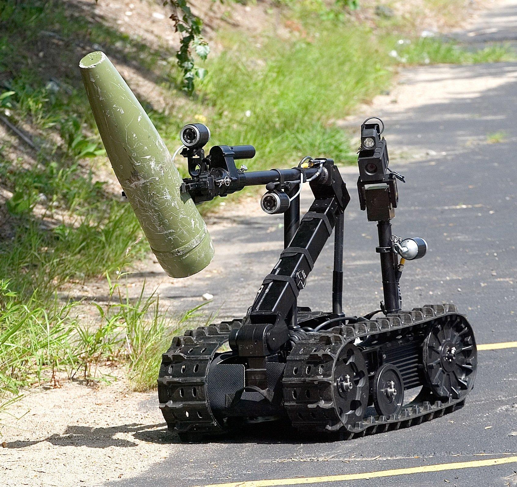 Der Roboter kann mit seinem Greifarm auch Minen packen und transportieren.