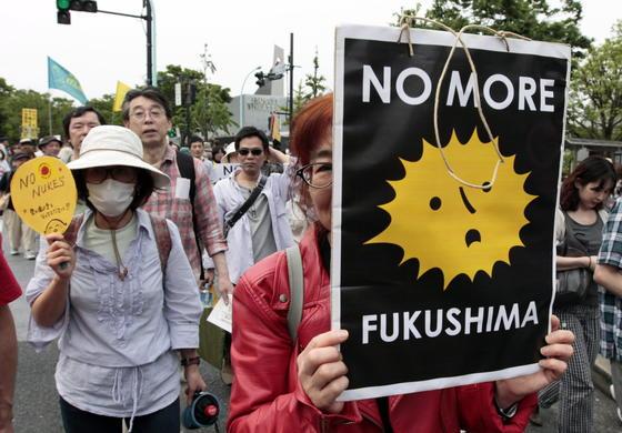 Trotz der anhaltenden Stimmung gegen die Atomkraft setzt der neue japanische Premier Abe auf die Atomenergie und will vier Reaktoren wieder anfahren lassen. Teile der Sperrzone rund um Fukushima hat Abe aufheben lassen. Zudem setzt Abe verstärkt auf den Export japanischer Atomtechnik und hat gerade einen Liefervertrag mit der Türkei unterzeichnet.