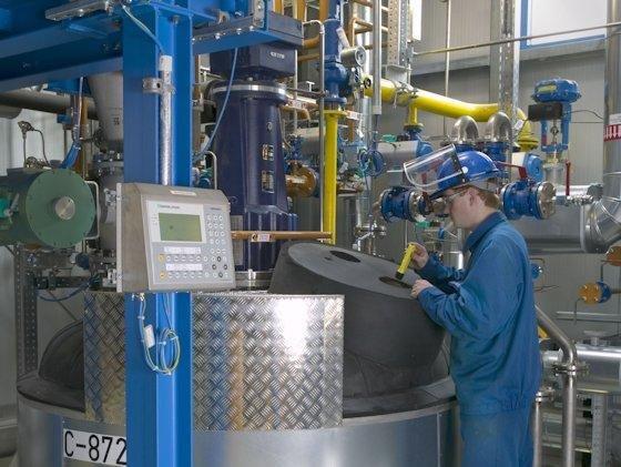 Im Reaktor wird das Aktivmaterial der Kathoden unter Einsatz von Säuren in eine Lithiumsalzlösung überführt.