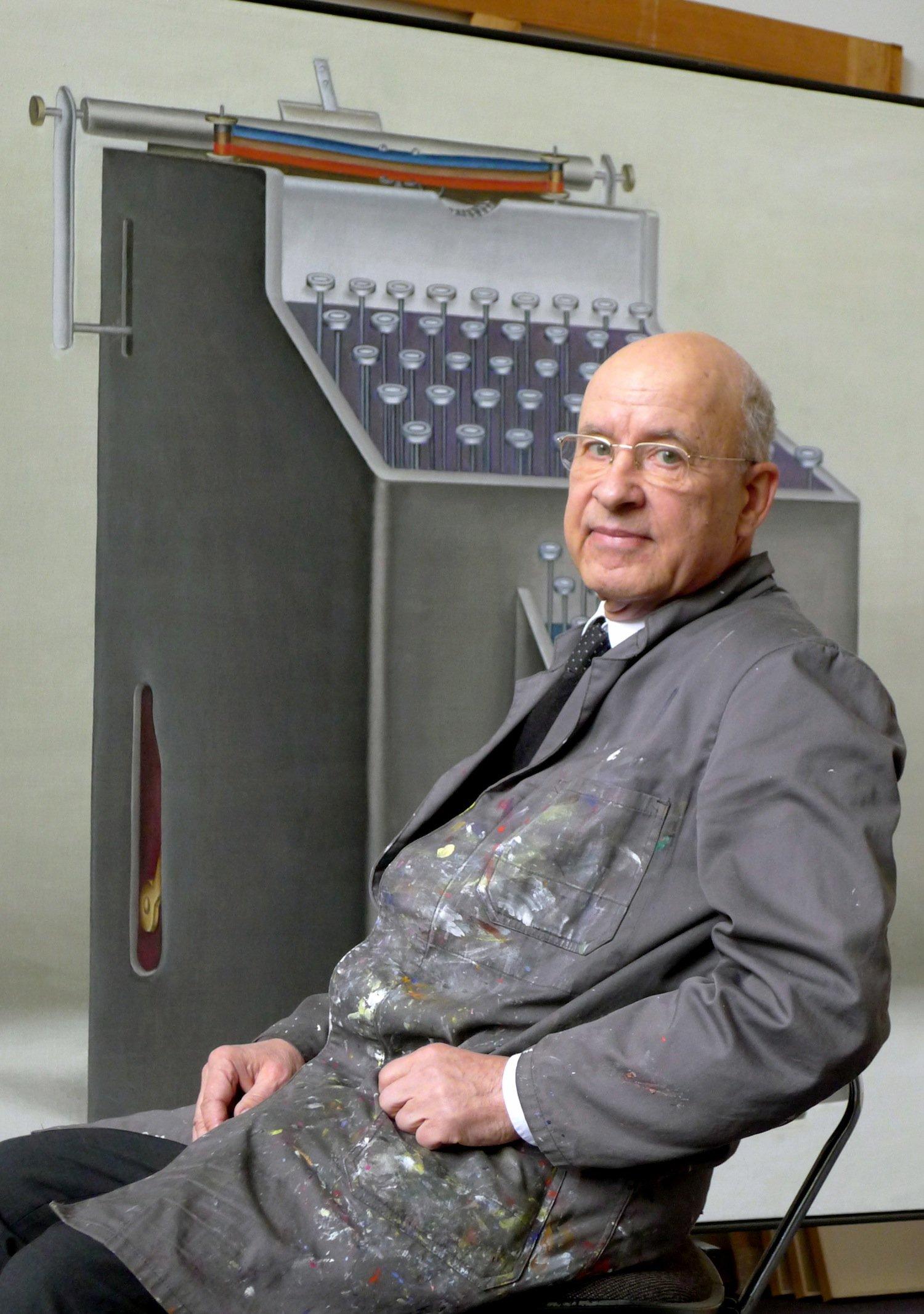 """Konrad Klapheck vor dem Werk """"Der Despot"""" (2012)"""