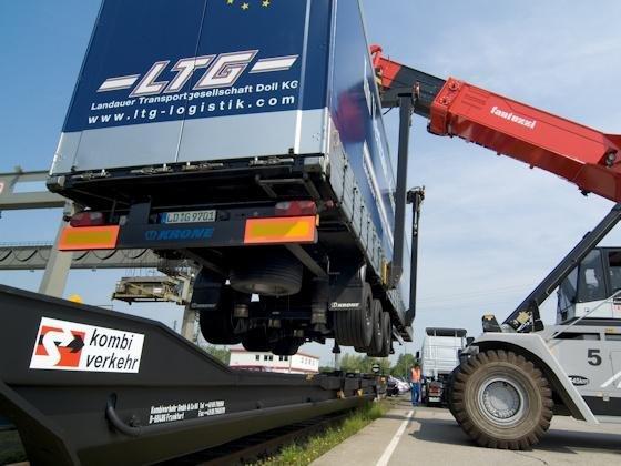 Im intermodalen Verkehr Schiene/Straße – hier die Beladung eines Megatrailer-Taschenwagens am Terminal Köln-Eifeltor – organisierte der Logistikdienstleister Kombiverkehr im vergangenen Jahr täglich 850 Abfahrten, davon rund 300 nationale Gütertransporte.