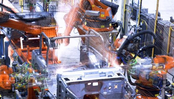 In der Automobil- und Zulieferindustrie übernehmen Roboter vielfältigste Aufgaben.