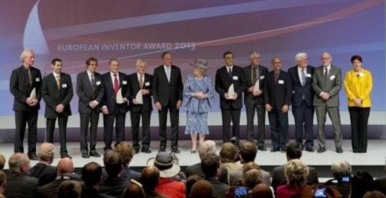 Ihre Königliche Hoheit Prinzessin Beatrix der Niederlande inmitten der Gewinner des Europäischen Erfinderpreises.