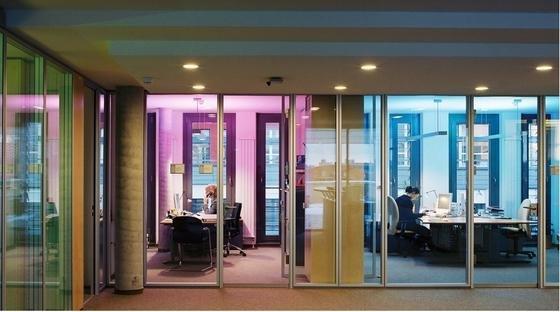 Für eine exzellente Farbwiedergabe am Arbeitsplatz wird indirektes Licht von drei dimmbaren (roten, grünen, blauen) Leuchtstofflampen erzeugt. Indirektes Licht wird von warmweißen Kompakt-Leuchtstofflampen zur Verfügung gestellt, die sich an den beiden Enden der Leuchten befinden.