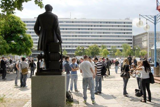 Das Land Berlin profitiert erheblich von den Berliner Universitäten: Allein das Berliner Steueraufkommen steigt dank der Hochschulen um 120 Millionen Euro. Durch ihre Nachfrage sichern sie zudem zusätzlich 10400 Arbeitsplätze.