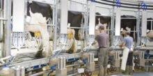 Agrartechniker arbeiten am Null-Emissionen-Kuhstall