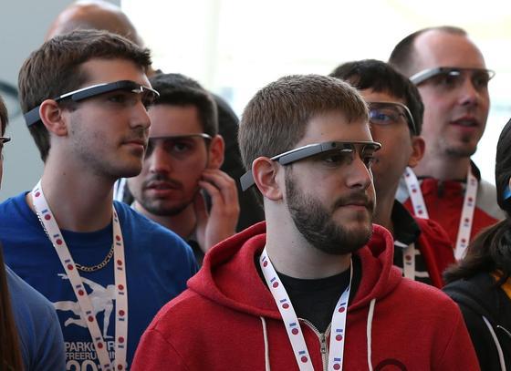 Das unbemerkte Filmen von Menschen mit der neuen Internet-Brille Google Glass will der Internet-Gigant Google verhindern. In seinen Standards für Entwickler hat Google das Verbot aufgenommen. Im Bild Google-Entwickler im Mai auf einer Entwickler-Konferenz in San Francisco.