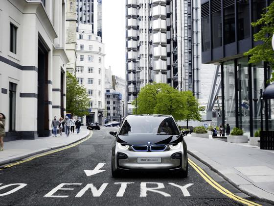 Das Elektroauto i3 von BMW hat eine Karosserie aus Carbon, um Gewicht zu sparen und damit die Reichweite zu vergrößern. Siemens hat jetzt ein neues Recyclingverfahren für Kohlefasern entwickelt, mit dem sich künftig neue Bauteile fertigen lassen.