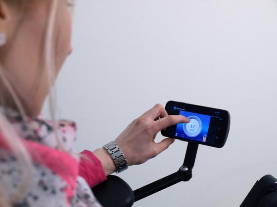 Ein Zusatzmodul am Elektro-Rollstuhl gibt Rollstuhlfahrern ...