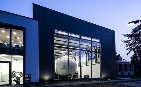 Eine fünf Meter hohe Glasfassade lässt Passanten auf dem DLR-Gelände am Standort Braunschweig direkt auf die Simulatoren blicken.