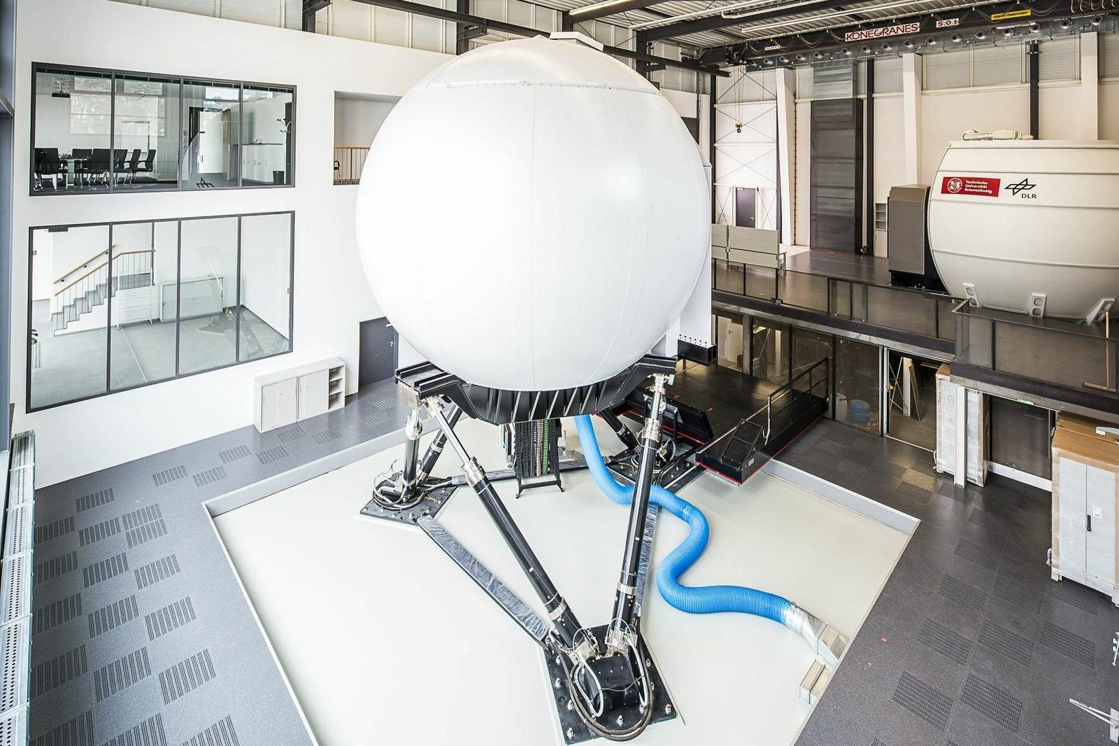 Der dynamische Simulator mit immerhin 14 Tonnen Traglast kann Bewegungsabläufe etwa bei Landestößen, Turbulenzen und Scherwinden realitätsnah wiedergeben.