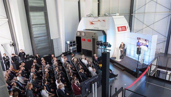 Die Eröffnungsveranstaltung fand direkt im neuen Simulatorzentrum statt. Im Hintergrund ist der statische Simulator zu erkennen.