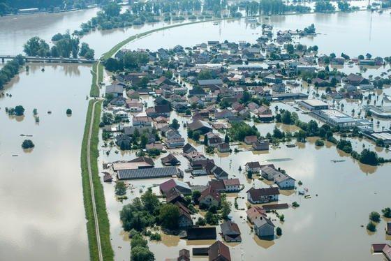 Die Ortsteil Fischerdorf in Deggendorf (Bayern) ist am 5. Juni nach einem Dammbruch vom Hochwasser der Donau überflutet.