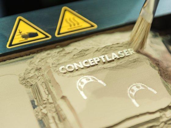 3-D-Druck per Laser: Anders als 3-D-Drucker für den Hausgebrauch, nutzen Geräte für den industriellen Bedarf auch Pulvermaterialien, welche per Laser schichtweise gezielt geschmolzen werden. Damit können auch Teile aus Metall gefertigt werden.
