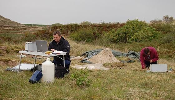 Geländekampagne auf der Nordseeinsel Langeoog: Dr. Georg Houben und Marc Brockmann nehmen Bodenproben.Untersucht wird die Grundwasserneubildungsrate, die Ausdehnung der Süßwasserlinse, die chemische Zusammensetzung des Grundwassers, die Altersschichtung sowie die Versickerungsrate des Wassers in den Dünensanden.