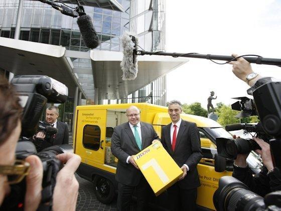 <p>Bundesumweltminister Peter Altmaier und Postchef Frank Appel starteten am 21. Mai in Bonn die Postzustellung mit klimafreundlichen Elektroautos.