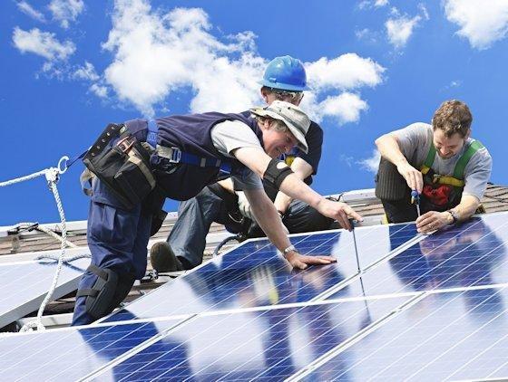 Helle Köpfchen werden in der Branche der erneuerbaren Energien gesucht. Obwohl die deutsche Solarindustrie strauchelt, kann Krischan Ostenrath vom Wissenschaftsladen Bonn den Einstieg weiterhin empfehlen.