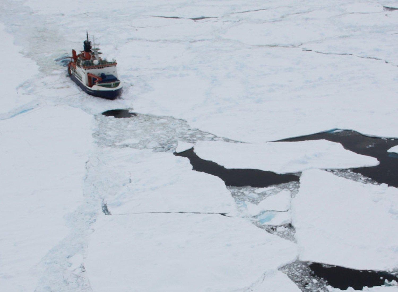 Die Polarstern kann bis zu 1,5 Meter starkes Eis während der Fahrt brechen. Stärkere Eisschichten müssen durch Rammen gebrochen werden.