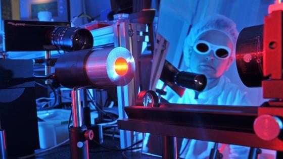 Laser werden immer häufiger als Werkzeug in der Industrie und Forschung eingesetzt. Laserstrahlen können Verbrennungen verursachen.