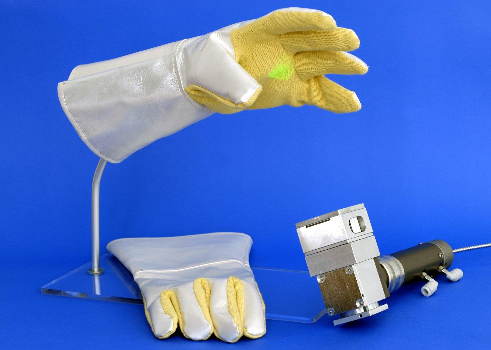 Für die Arbeit mit Hochleistungslasern konzipierte passive Schutzhandschuhe.