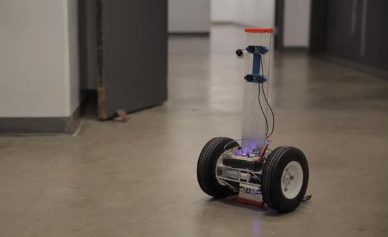 Mit Kameras und Sensoren ist der segway-artige Roboter ausgestattet, der Brandherde inspizieren soll, bevor die Feuerwehrleute vordringen.