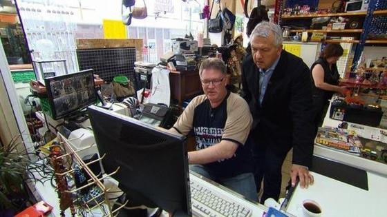Vor der Kamera unterstützt Unternehmensberater Raimund Milz den Inhaber eines Trödelladens.