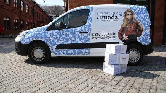 Lamoda liefert bestellte Ware mit einem eigenen Logistikdienstleister aus. In zehn russischen Städten wird bereits ein 24-Stunden-Lieferservice angeboten.