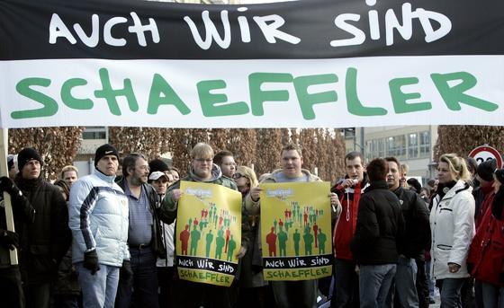 Schon 2009 kämpften Beschäftigte des fränkischen Zulieferers Schaeffler in Herzogenaurach um ihre Arbeitsplätze. Jetzt will Schaeffler seine Radlagerproduktion in Schweinfurt nach Osteuropa verlagern.