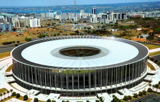 Siemens hat das neue Fußballstadion von Brasilia mit Haustechnik ausgestattet. Auf dem Dach sind allein 10 000 Solarzellen installiert, die eine Leistung von insgesamt 2,5 Megawatt haben.