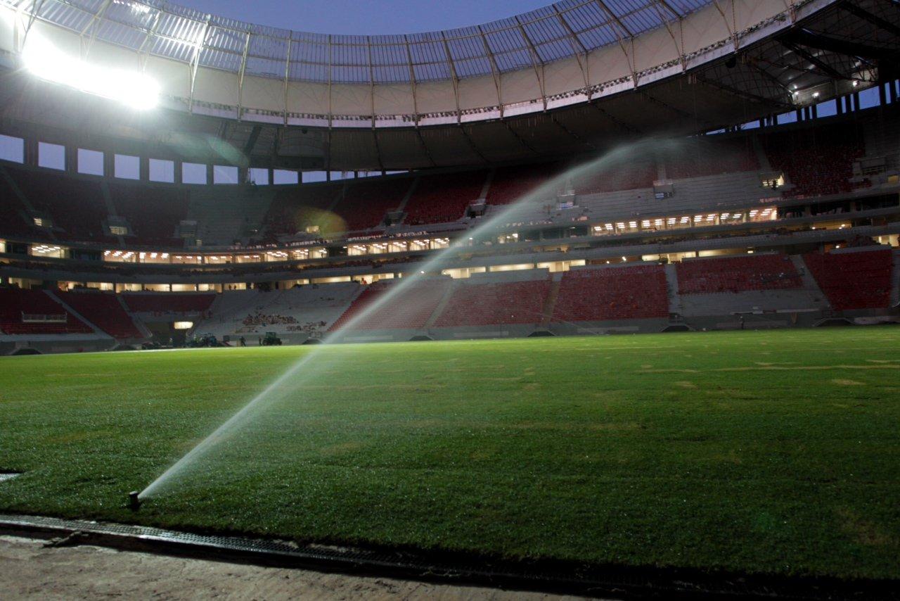Das gesamte Regenwasser der Dachflächen des neuen Stadions von Brasilia wird im Boden gesammelt und beispielsweise für die Bewässerung des Rasens genutzt.