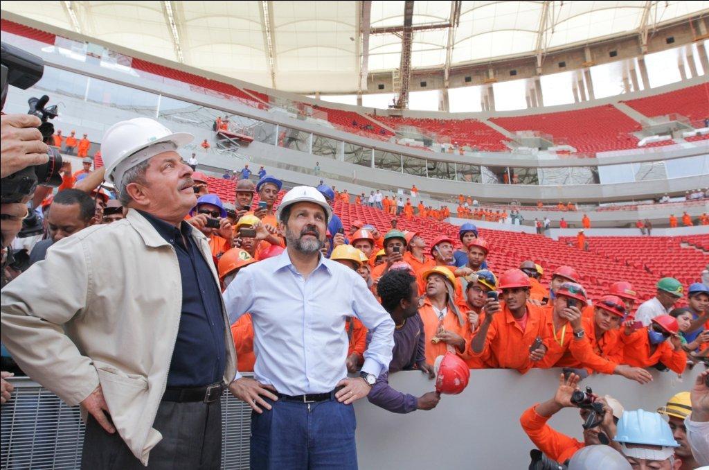 Brasiliens Präsident Luiz Inácio Lula da Silva (l.) besichtigte im April das neue Fußballstadion von Brasilia. Es wird eines der