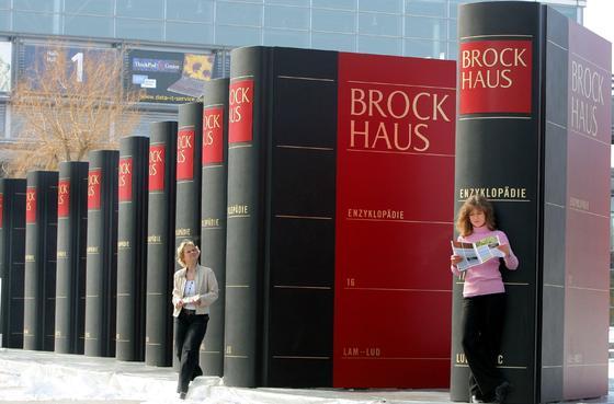 Der Brockhaus war immer eine imposante Erscheinung. Die aktuelle 21. Auflage widmet sich 300.000 Stichwörtern. Doch die Papierversion rentiert sich im Zeitalter von Wikipedia nicht mehr. Jetzt wird das Traditionslexikon abgewickelt.