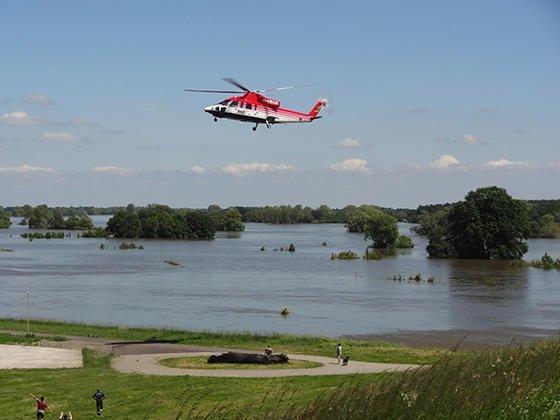 Der BGR-Hubschrauber nördlich von Magdeburg im Einsatz: Mit einer Infrarot-Thermalkamera haben Forscher der Bundesanstalt für Geowissenschaften und Rohstoffe die Durchweichung der Deiche beim Hochwasser in Ostdeutschland überprüft.