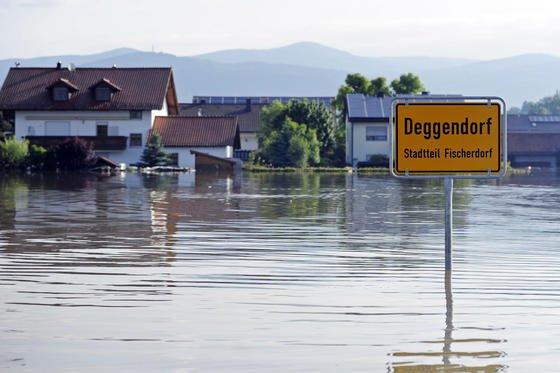 Der Deggendorfer Ortsteil Fischerdorf ist am 7. Juni völlig von der Donau überflutet.