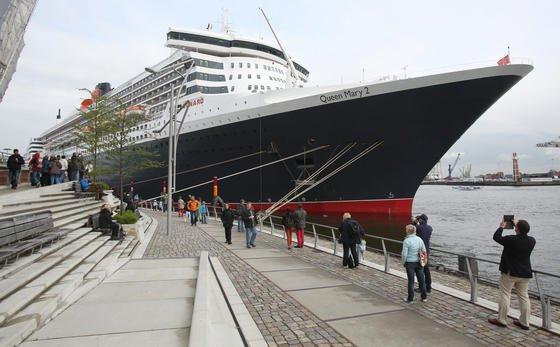 """Das Kreuzfahrtschiff """"Queen Mary 2"""" liegt am Cruise Terminal in der Hafencity in Hamburg. An der Kaimauer verbraucht es pro Tag mehr Elektrizität als eine Stadt von der Größe Oldenburgs"""
