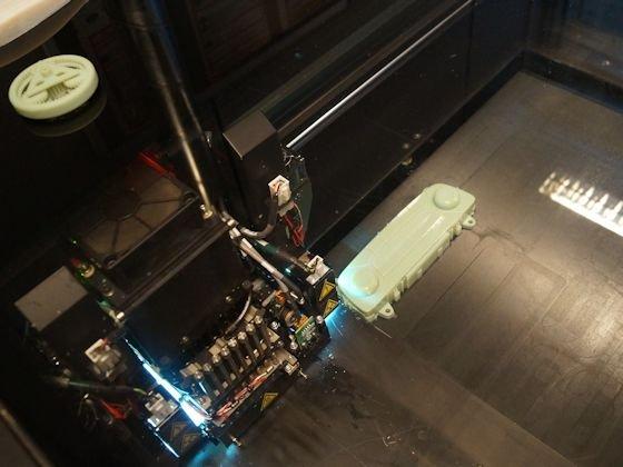 Die Multi-Jet-Modeling-Drucktechnik funktioniert wie ein Tintenstrahldrucker. Ein Kopf mit mehreren Düsen kann Teile aus bis zu drei Materialien erstellen.